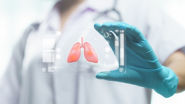 Pantalla transparente de la tableta del médico que muestra el síndrome respiratorio (pulmón), examen y detección de la infección por el virus corona.