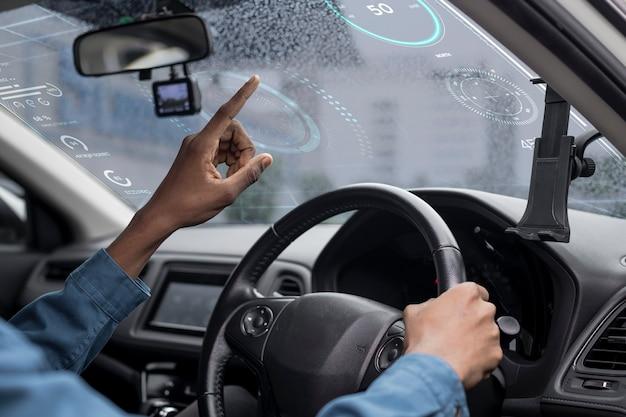 Pantalla de ventana transparente interactiva en un automóvil inteligente