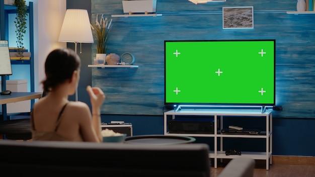 Pantalla verde en la pantalla de televisión moderna en casa