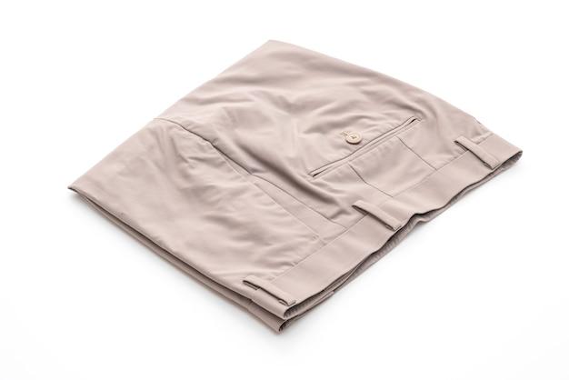 Pantalones cortos beige sobre mesa blanca