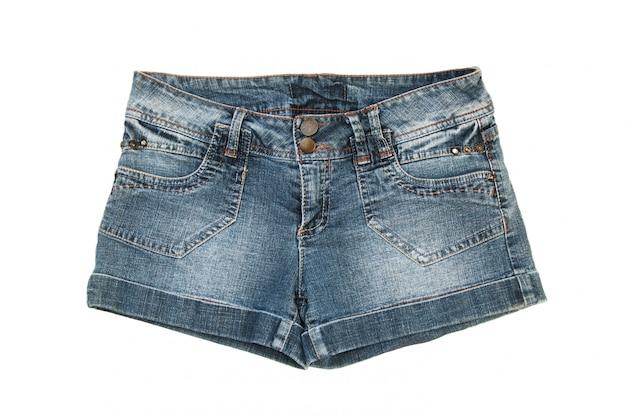 Pantalones cortos de jeans aislados en blanco