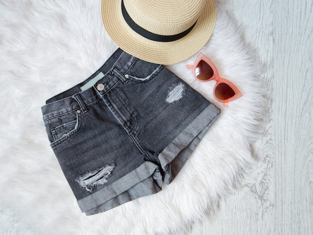 Pantalones cortos de mezclilla, gafas y gorro de piel blanca