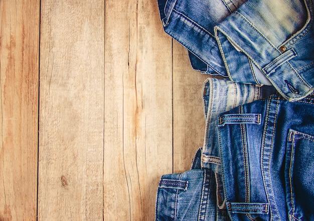 Pantalones. ropa con estilo. enfoque selectivo tiempo de compras.