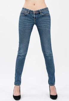 67ed9303c Pantalones vaqueros que llevan de la mujer que presentan en las vistas  delanteras de medio cuerpo