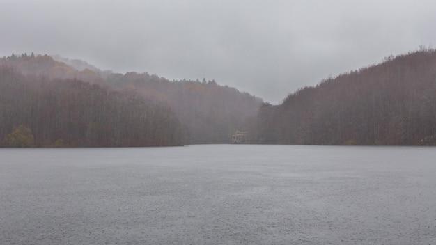 Pantano de santa fe en un día lluvioso, parque natural del montseny