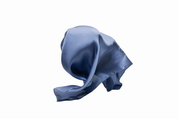 Pañuelo de seda azul que fluye aislado sobre fondo blanco.