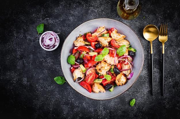 Panzanella toscana, ensalada italiana tradicional con tomate y pan. ensalada de panzanella vegetariana. comida sana mediterránea. vista superior, espacio de copia