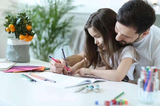 Papá e hija haciendo los deberes