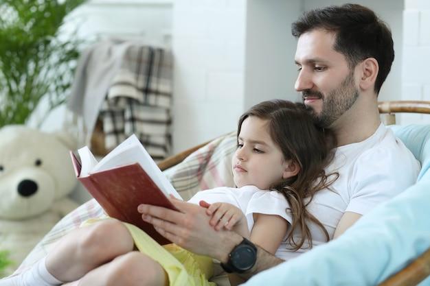 Papá e hija juntos en casa