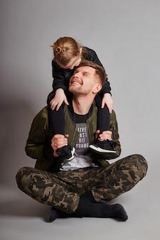 Papá e hija niño sonríen y diviertanse.