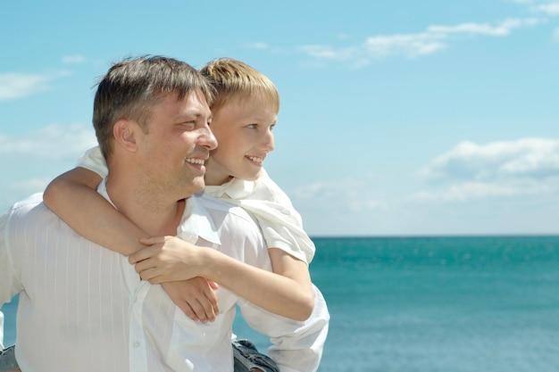 Papá e hijo en el fondo del mar.