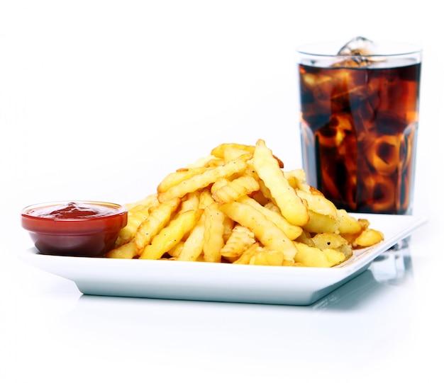 Papa frita con ketchup y refresco de cola