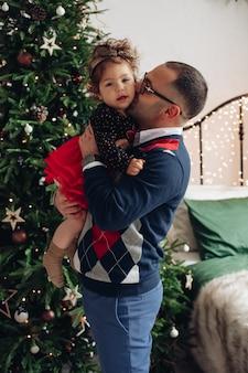Papá fuerte ama mucho a su pequeña hija