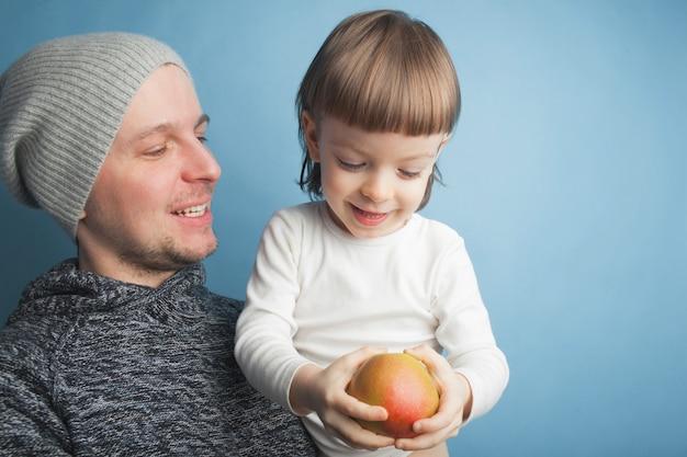 Papá juega con un pequeño hijo encantador.