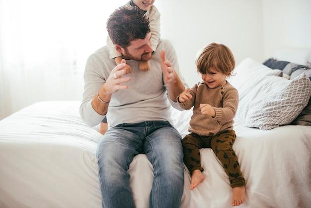 Papá jugando con niños pequeños
