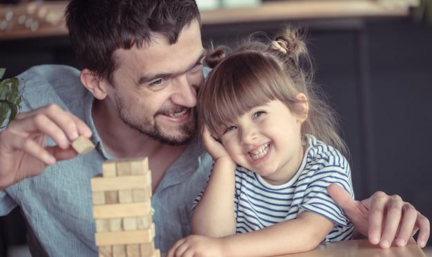 Papá está jugando con su hija.