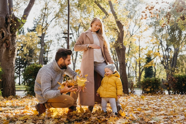 Papá y madre con bebé al aire libre