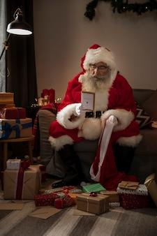 Papa noel preparando regalos para niños buenos