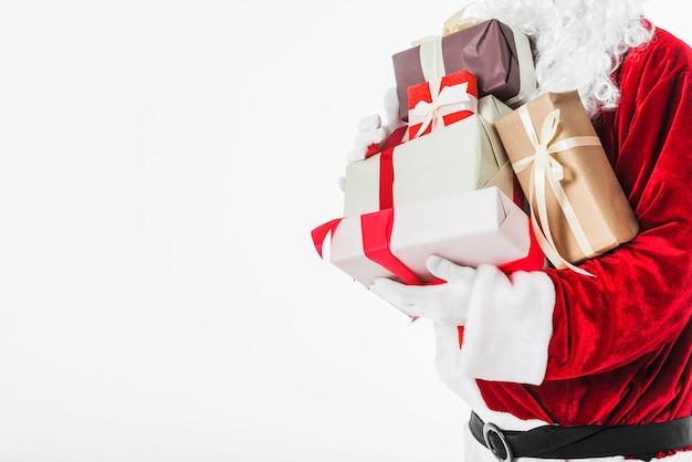 Papá noel en rojo con cajas de regalo.