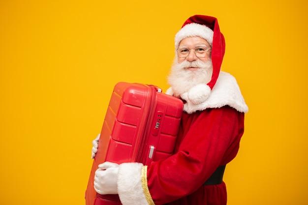 Papá noel con su maleta. concepto de viaje de año nuevo