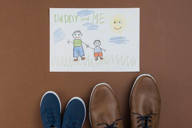 Papá y yo dibujando con zapatos de hombre y niño.