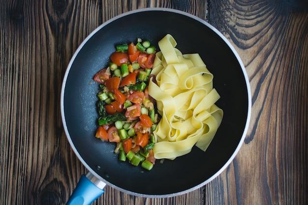 Papardelle con tomate y espárragos en sartén