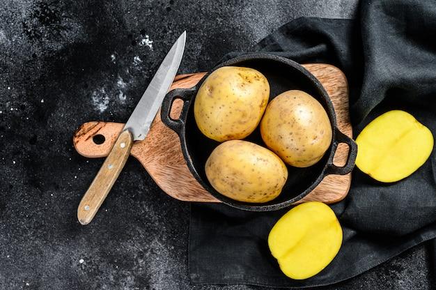 Papas amarillas orgánicas en una sartén