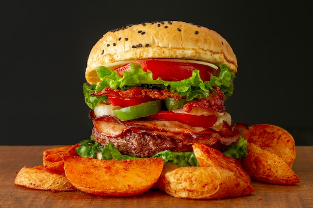 Papas fritas y hamburguesa