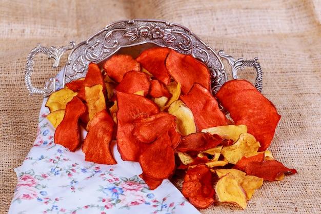 Papas fritas hechas de papas moradas, rojas y amarillas.
