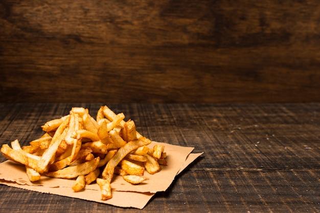 Papas fritas en la mesa de madera