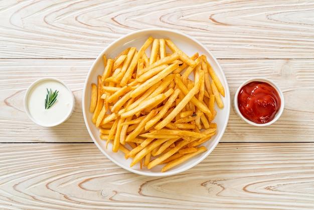 Papas fritas o papas fritas con crema agria y salsa de tomate