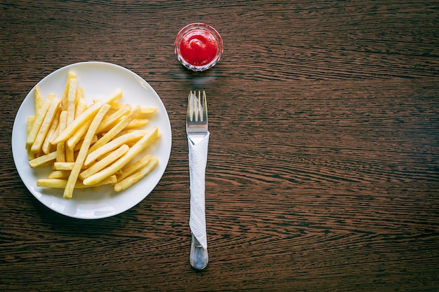 Papas fritas en plato blanco