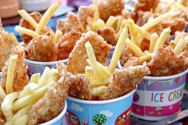 Papas fritas y pollo frito