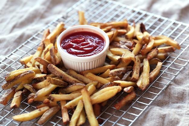 Papas fritas con salsa de salsa de tomate