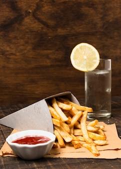 Papas fritas con salsa de tomate y limonada