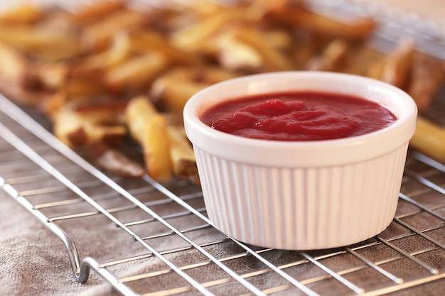 Papas fritas con salsa de tomate