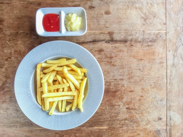 Papas fritas y salsa
