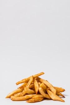 Papas fritas sobre fondo blanco con espacio de copia