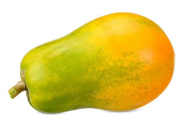 Papaya aislada en el trazado de recorte blanco