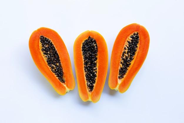 Papaya dulce sobre fondo blanco