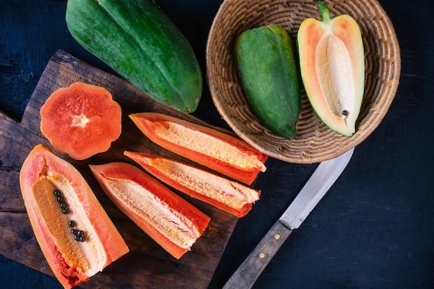 Papaya. frutas tropicales. sobre un fondo de madera