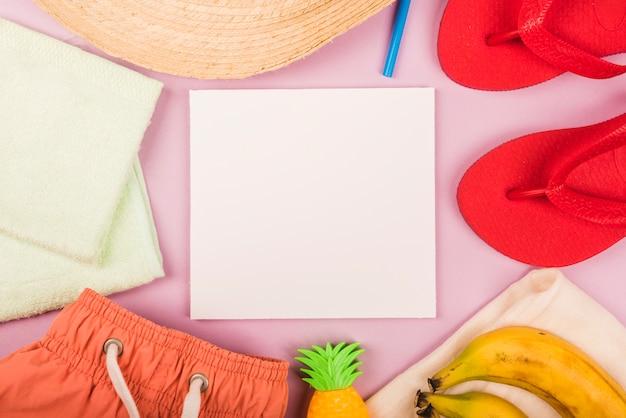Papel entre accesorios de verano y frutas.