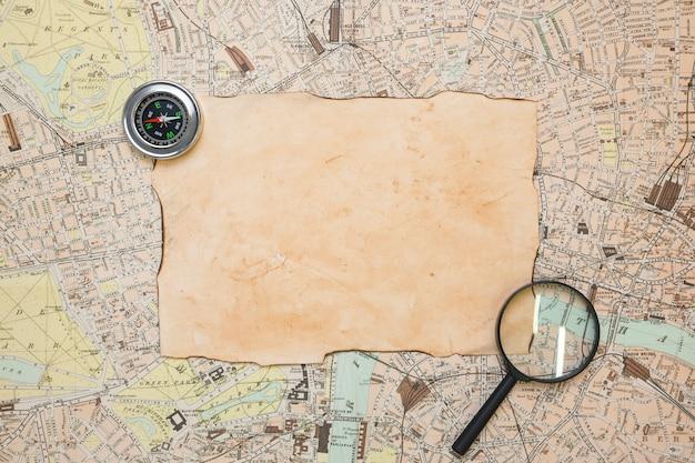 Papel antiguo sobre mapa