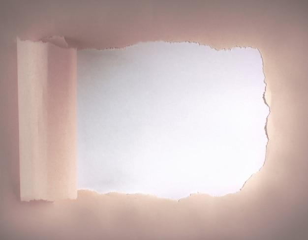 Papel arrancado del medio para texto publicitario.