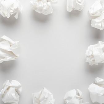 Papel arrugado blanco sobre fondo de papel gris