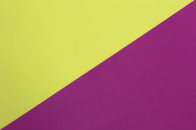 Papel de arte amarillo y morado de cartón.