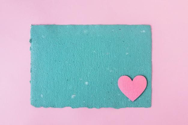 Papel artesanal azul y corazón decorativo.