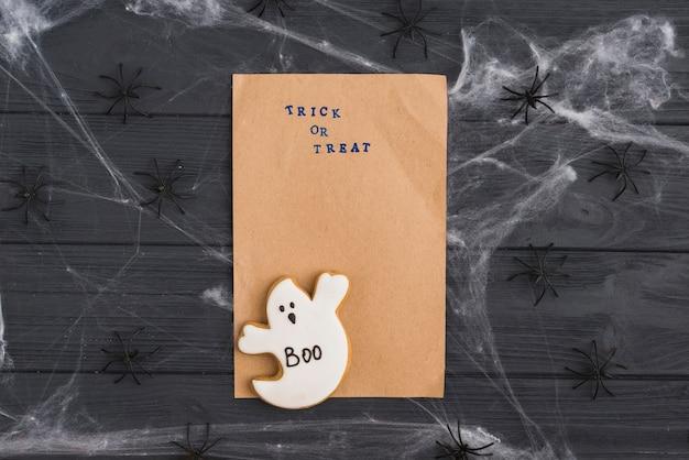 Papel artesanal con pan de jengibre y arañas decorativas