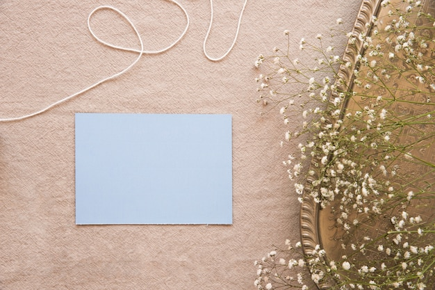 Papel azul en composición con accesorios vintage