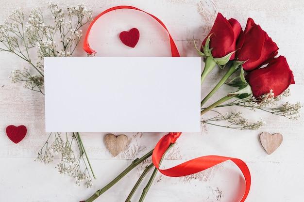 Papel blanco con flores y corazones